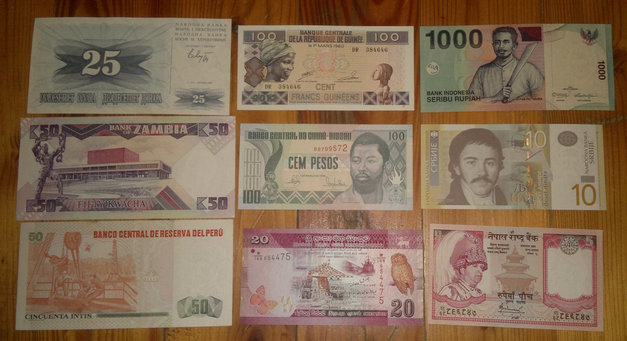 Müxtəlif ölkələrdən banknotlar satılır.
